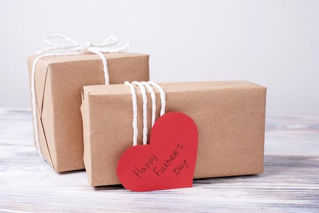 Подарки ко дню отца в крафт-бумаге с красным сердцем
