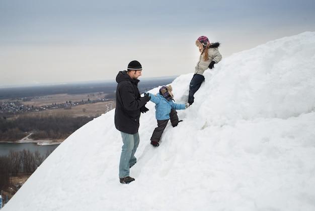 雪山の父、息子、娘