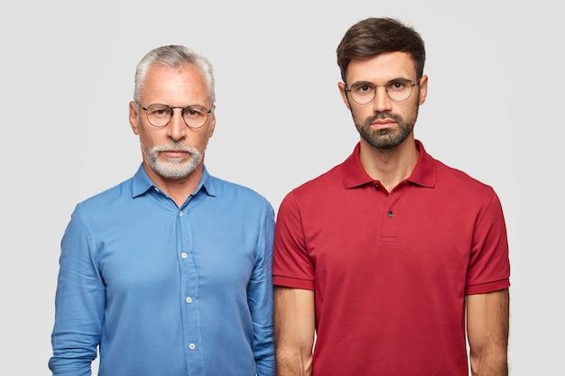 Padre e figlio hanno espressioni serie