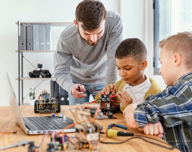 Padre e figlio che fanno robot