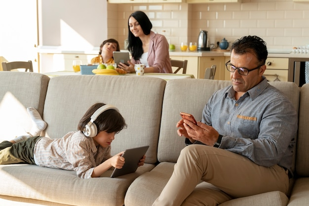 Padre e figlio che giocano sui loro dispositivi