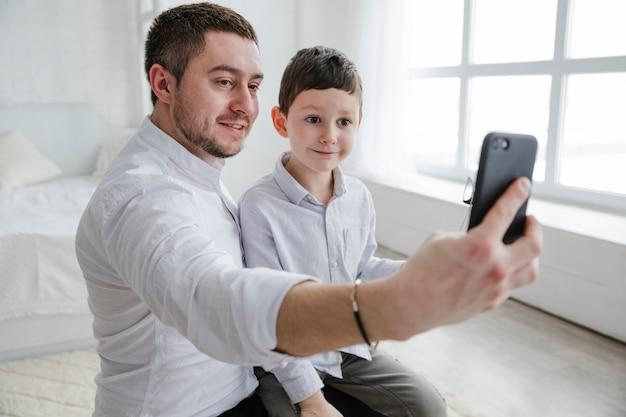 Padre e figlio che giocano insieme il giorno di padri