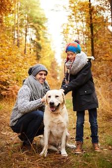 Padre e figlio si prendono cura del loro animale domestico