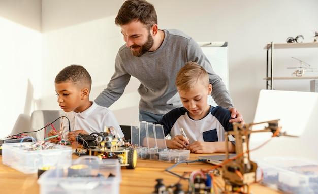 Padre e figli che fanno robot