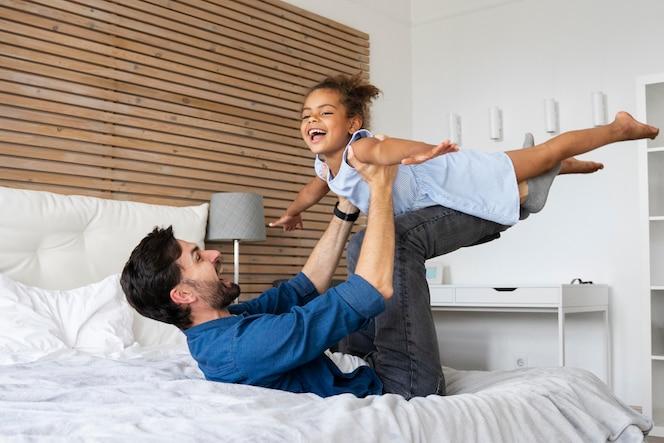 Padre che trascorre del tempo insieme alla sua ragazza