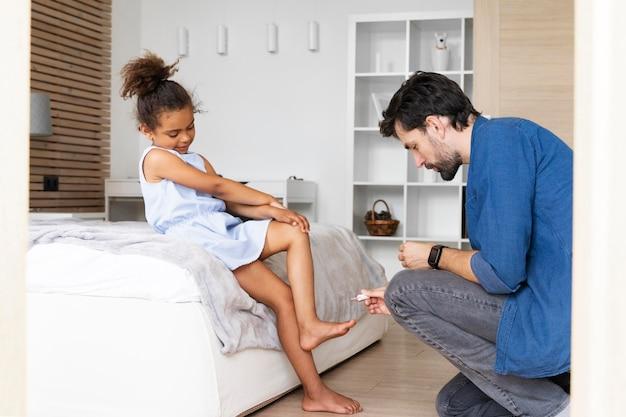 彼の女の子と一緒に時間を過ごす父