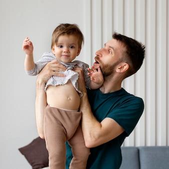 Отец проводит время со своей очаровательной дочерью