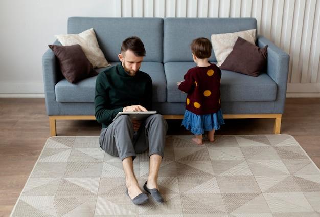 Отец проводит время со своим ребенком