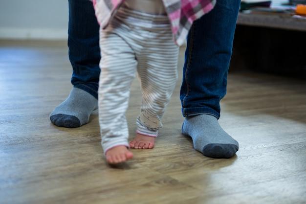 父親が赤ちゃんに歩くことを教える