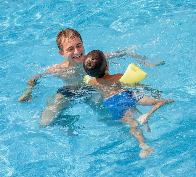 父親が息子に泳ぎを教える