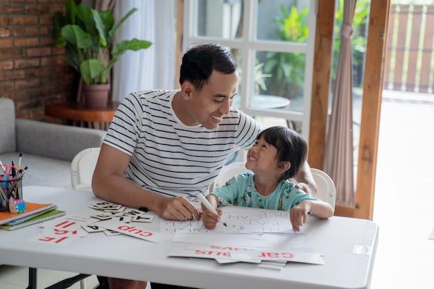 父は娘を自宅に手紙を教える