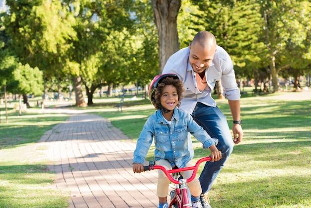 父は息子のサイクリングを教える
