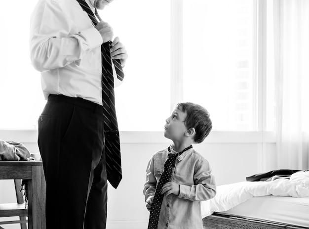 아들 넥타이 넥타이하는 방법을 가르치는 아버지