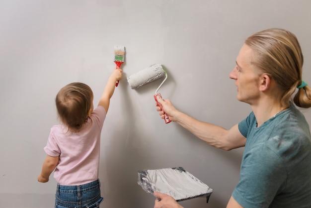 Отец с ребенком делают украшения и перепроектируют в комнате