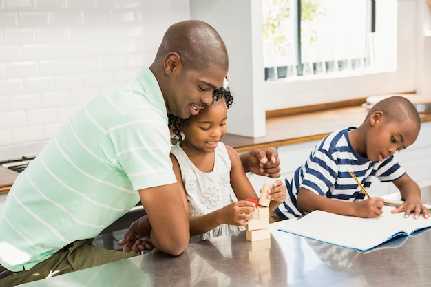 Отец с детьми на кухне