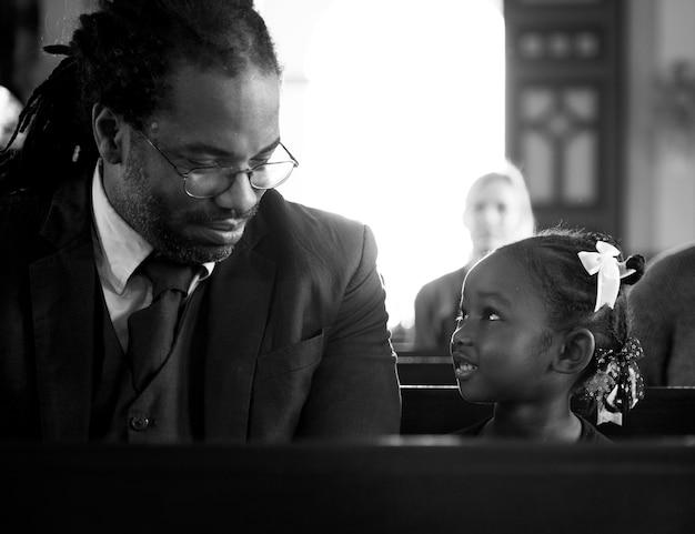 교회에서 그녀의 딸과 함께 아버지