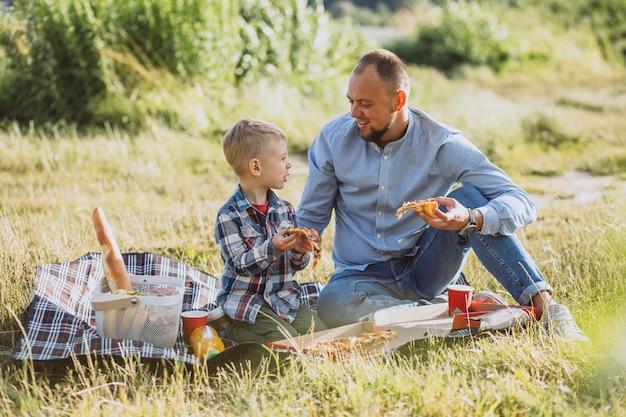 Отец с сыном на пикнике в парке