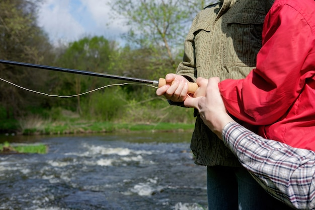 Отец с сыновьями ловят рыбу на горе