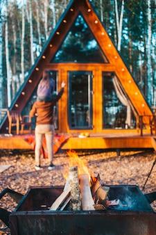 Отец с ребенком в осенний день с крупным планом огня на мангале