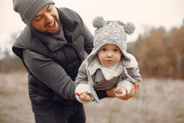 春の野で遊ぶ娘と父