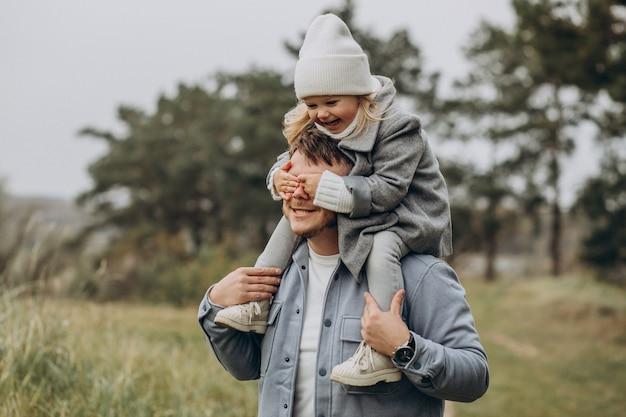 즐거운 가을 날씨에 어린 딸과 함께 아버지