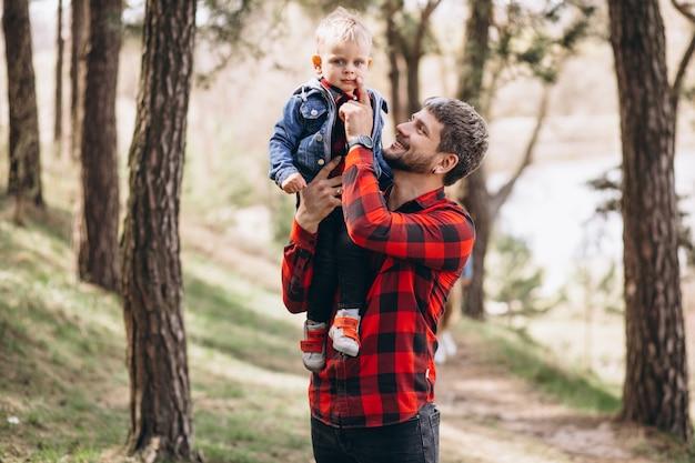 Отец с маленьким сыном в лесу