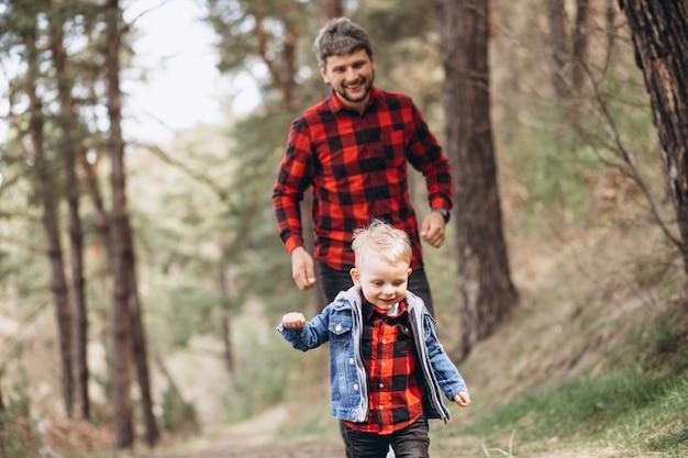 숲에서 작은 아들과 아버지 무료 사진