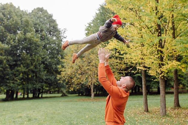 Отец с сыном, играя в саду