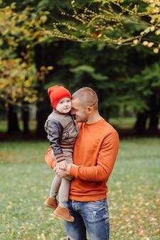 Padre con figlio che gioca in giardino
