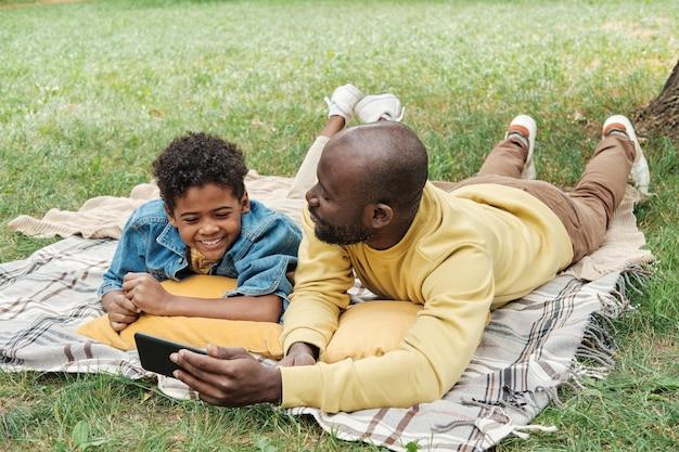 携帯電話を使用して息子と父