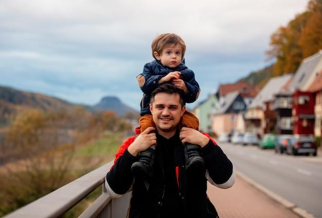 새벽 거리를 걷는 아들과 아버지