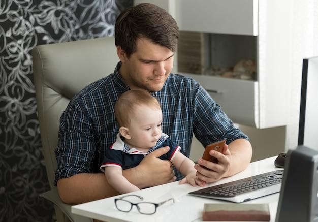 父は自宅で仕事をし、赤ん坊の息子の世話をしています
