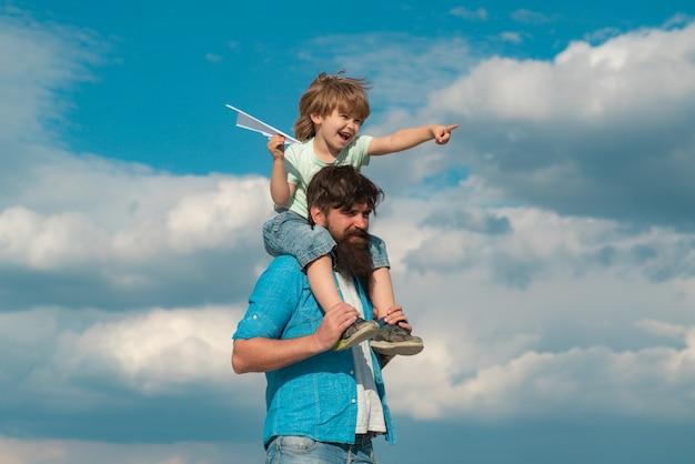 아버지의 날 평온한 행복한 가족 아버지와 아이는 여름에 자연에서 연을 들고 초원에...