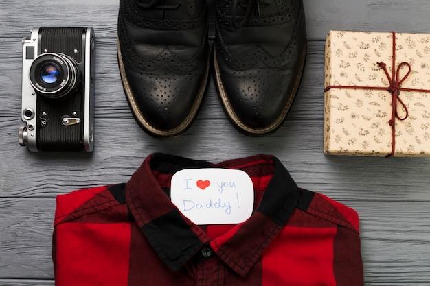Composizione di giorno di padri con scatola regalo