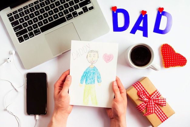 Композиция дня отцов с ноутбуком и детьми