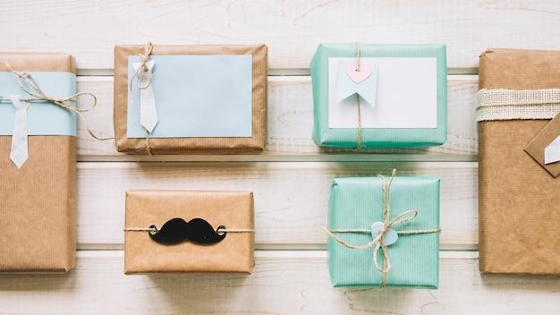 Composizione di giorno di padri con scatole presenti Foto Gratuite
