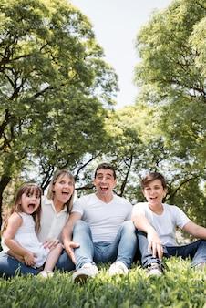 День отца концепция с семьей на открытом воздухе
