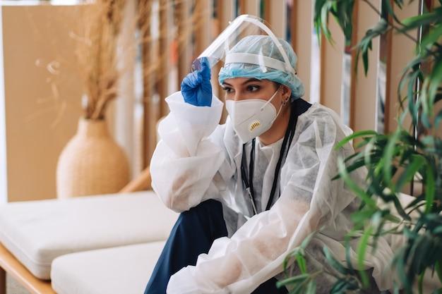 열심히 일하거나 수술 후 슬픔을 찾고 보호 착용에 피로 여자 간호사 병원 노동자 외과 의사.