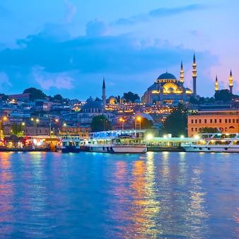 저녁, 터키 이스탄불의 술레이마니예 모스크가 있는 파티 지구