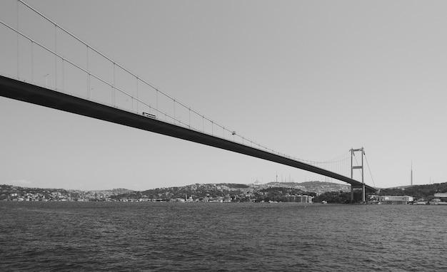 トルコ、イスタンブールのボスポラス海峡に架かるファティスルタンメフメット橋。黒と白の画像