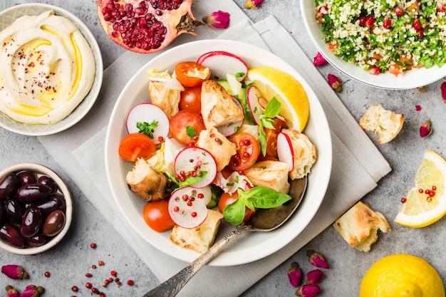Салат из хлеба фатуш. ближневосточное арабское традиционное блюдо