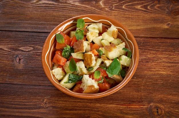 Фаттуш - ливанский салат. вкусная арабская кухня Premium Фотографии