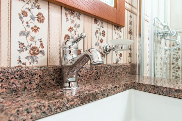 Смеситель в ванной комнате в дозаторе воды