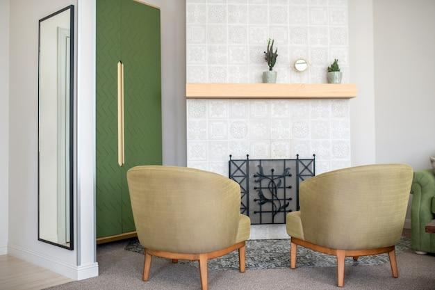 さまざまな家具アイテムに囲まれたのどの暖炉
