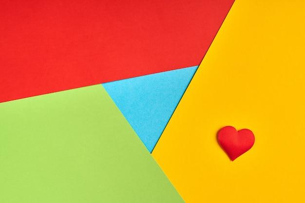 Любимый логотип браузера из бумаги. красный, желтый, зеленый и синий цвета. красочный и яркий логотип с красным сердцем.