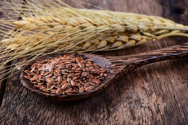 Факс семена в деревянной ложке
