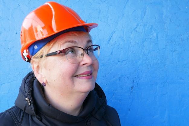파란색 배경에 건설 헬멧에 여성 엔지니어