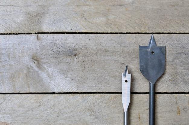 木製のテーブルに穴を開けるための羽。コピースペース。