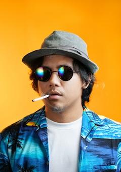 Гавайский гангстер, курящий сигарету, надев шляпу fedora и солнцезащитные очки
