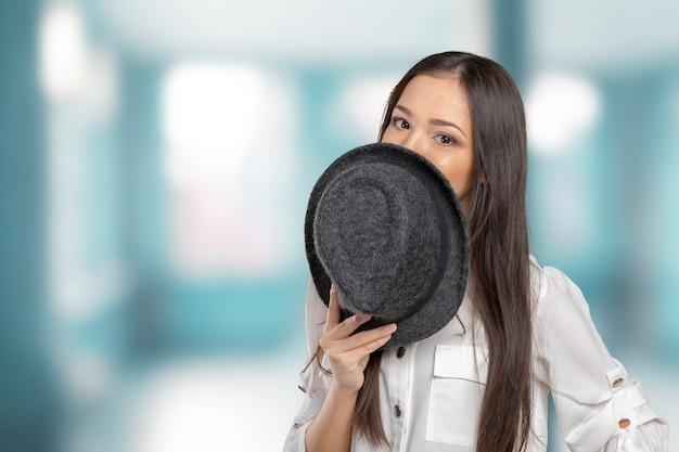 夏のfedora麦わら帽子ポーズを着て美しい若い女性